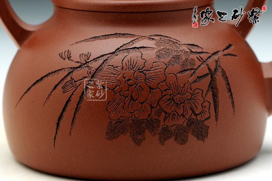 """▼此壶壶身反面篆刻的是""""花草图"""",像是一簇兰花"""