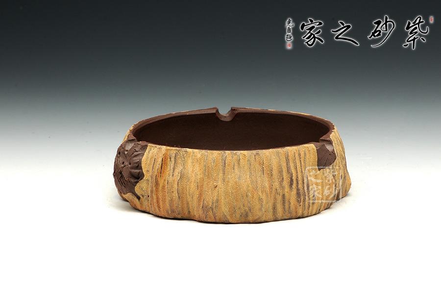 烟灰缸用紫砂泥做出木头纹理的质感,表面泥色如同秋黄,颇具田园情趣